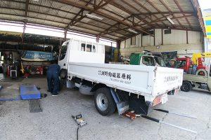磁器土 配送用トラックのタイヤ交換